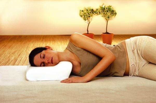 Как правильно спать на ортопедической подушке. Фото