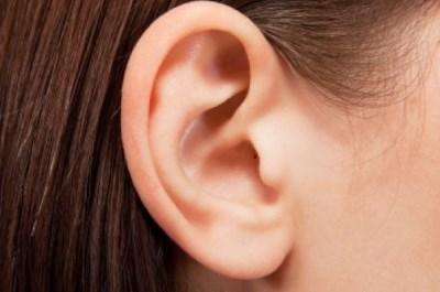 Если прыщ в ухе болит, что делать?