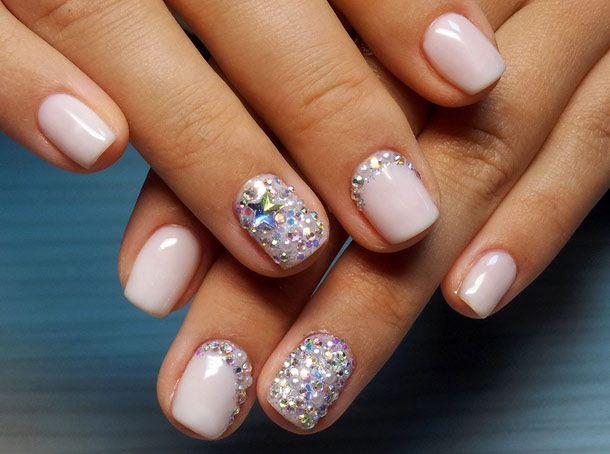 Как приклеить стразы на ногти?