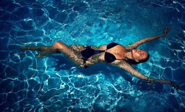 Красивое тело с помощью бассейна и спортзала