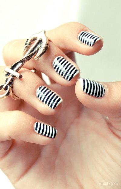Маникюр с полосками-лентами на короткие ногти