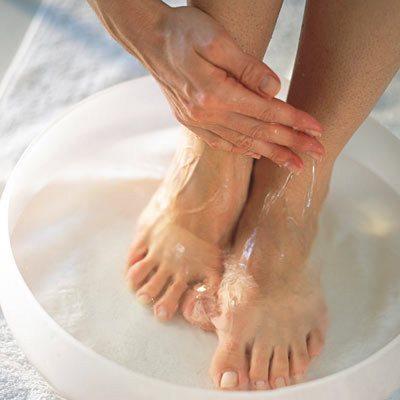 Между пальцами ног слезает кожа и чешется – что делать