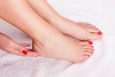 Снять кожу, если потрескались пятки: средства быстрого действия
