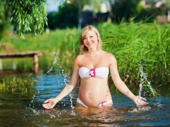 Можно ли беременным купаться в речке, море