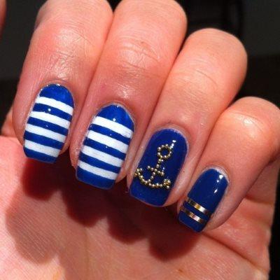 Создаем рисунки на ногтях на синем лаке
