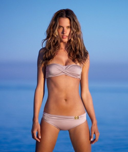 Женщины с фигурой «песочные часы» в купальниках