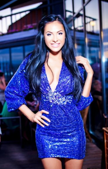 Макияж на выпускной под синее платье