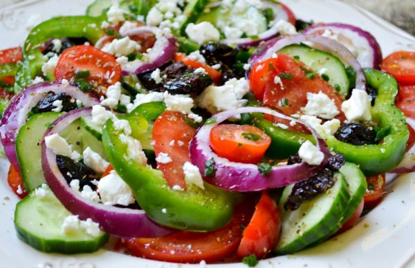 Салат греческий с курицей. Классический простой рецепт
