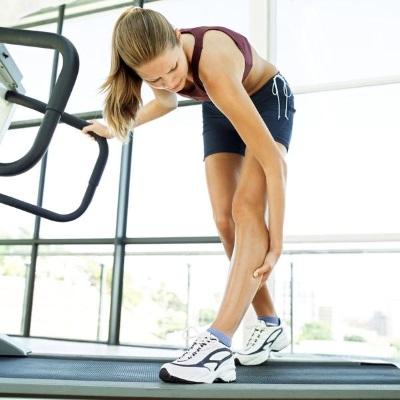 Если сводит ноги судорогой: причины, лечение