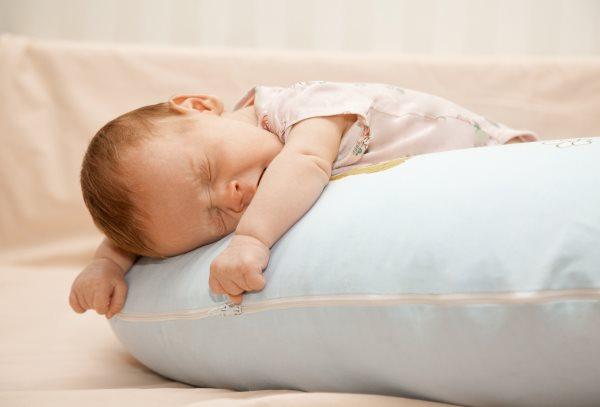 Грудничок плохо спит днем. Как помочь ребенку