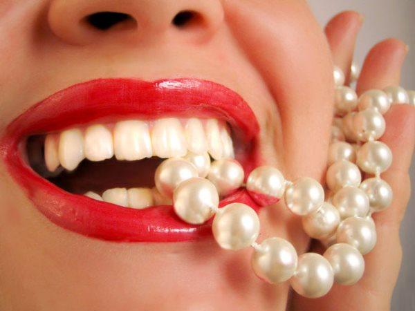 Как натурально отбелить зубы