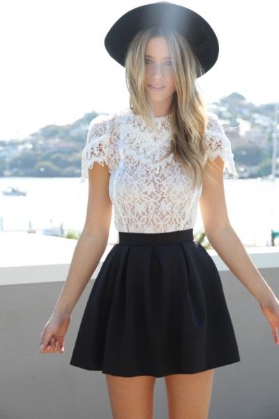 Кружевной топ и юбка с завышенной талией – модно и современно
