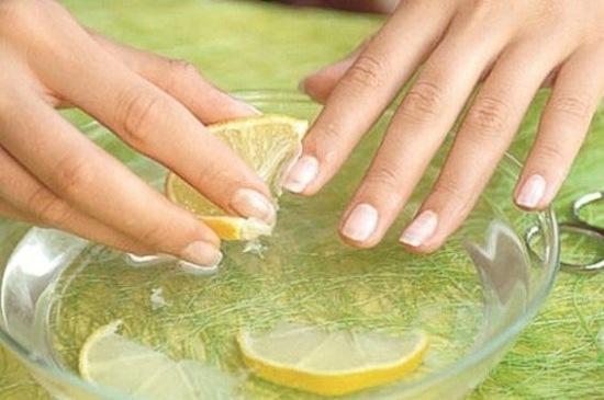 Популярное средство лечения ногтей - лимонный сок с водой