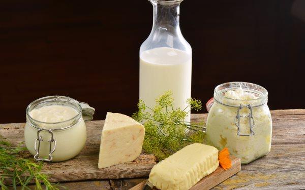 Разные молочные продукты и укроп.
