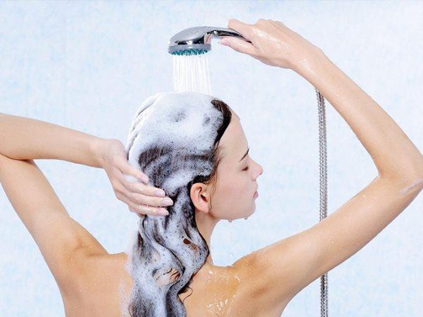 Девушка моет голову.