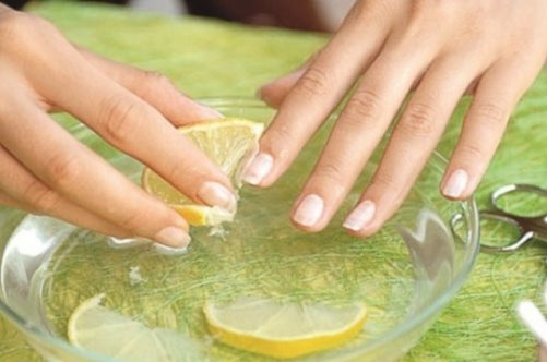 Популярное народное средство лечения ногтей - лимонный сок
