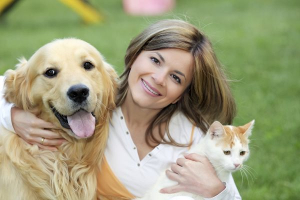 Девушка с кошкой и собакой.