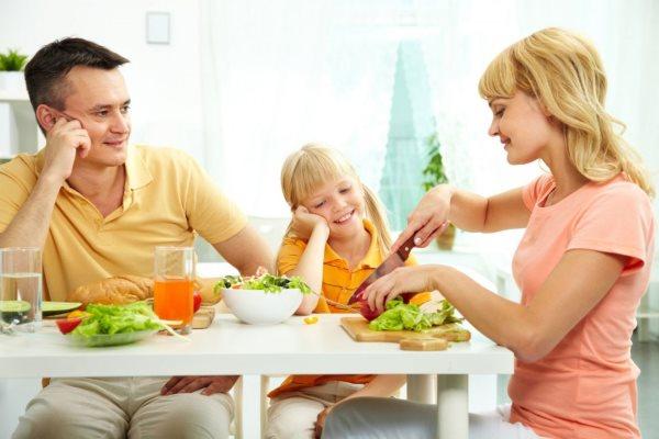 Семья ест здоровую пищу.