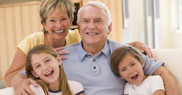 Бабушка и дедушка с внуками.