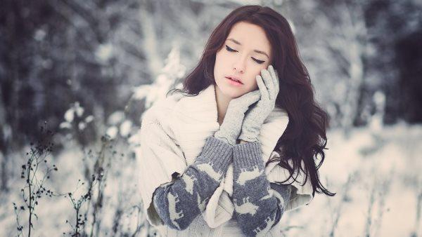 Девушка в перчатках зимой.