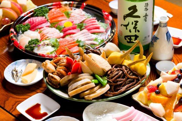 Полезная пища - морепродукты и фрукты.