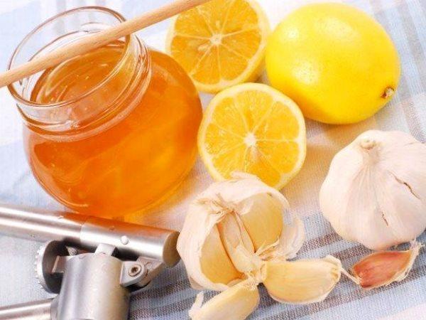 Приготовления лекарства с медом и чесноком.