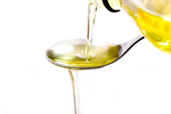 Касторовое масло в ложке.