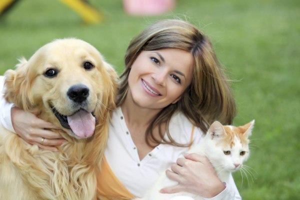 Женщина с собакой и котом