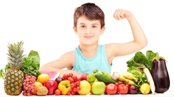 Мальчик, овощи и фрукты