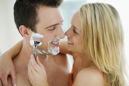 женщина бреет мужчину