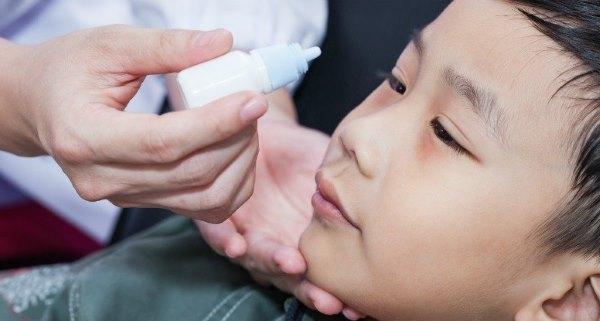 Закапывание в глаза ребенку лекарства