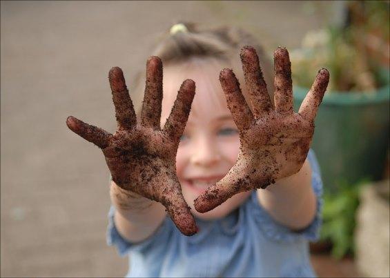 Ребенок, грязные руки