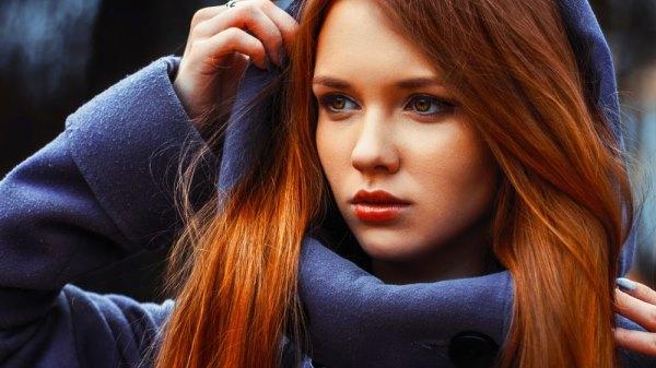 Девушка в синем пальто с капюшоном