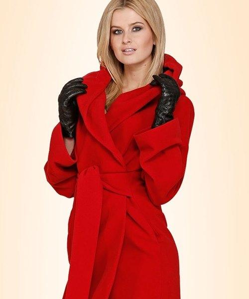 Девушка в красивом красном пальто с поясом