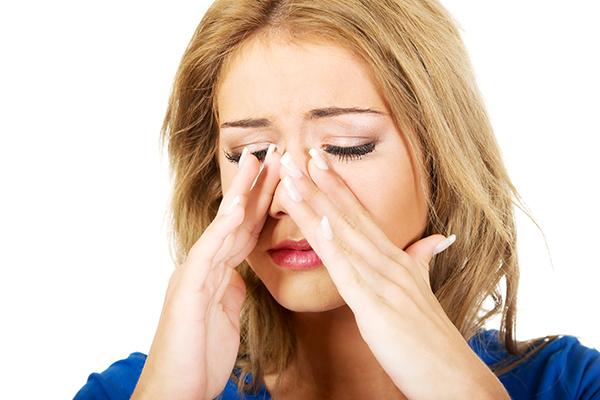 Девушка, заложенность носа