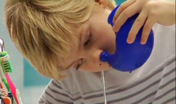 мальчик промывает нос