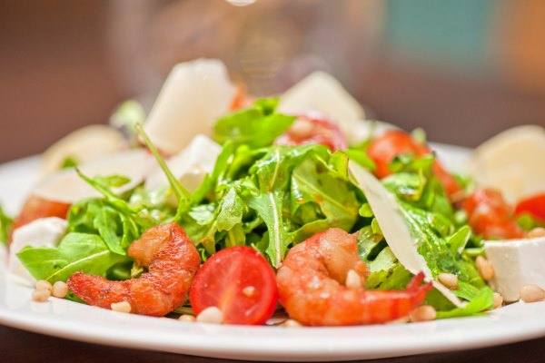 Салат с креветками и рукколой. Рецепты с помидорами черри, орехами, пармезаном
