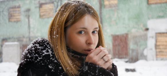 Девушка зимой без шапки