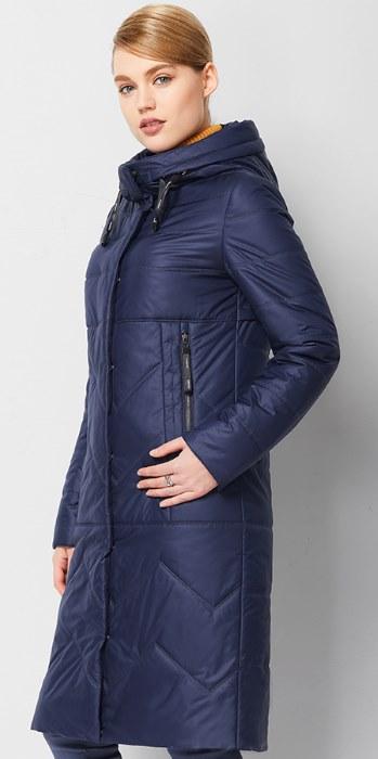 Модные новинки сезона: стеганное женское пальто с капюшоном