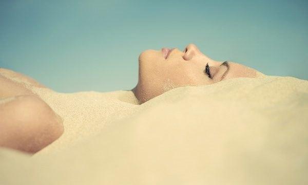 Девушка и песок
