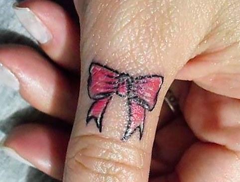 Татуировки для девушек на пальцах рук. Популярные рисунки и их значения