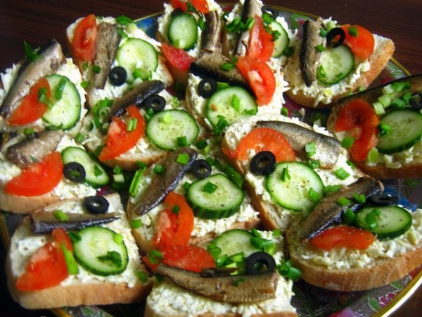 Бутерброды со шпротами и овощами