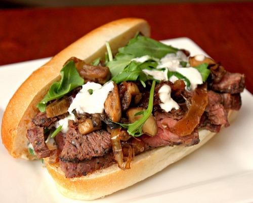 Бутерброды с говядиной, рукколой и маринованным перцем