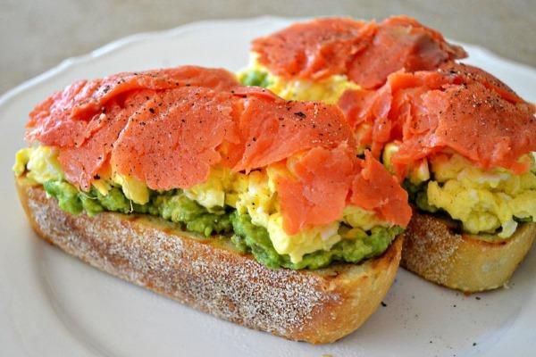 Бутерброд с авокадо и лососем