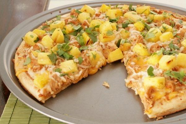 Гавайская пицца с курицей и ананасом
