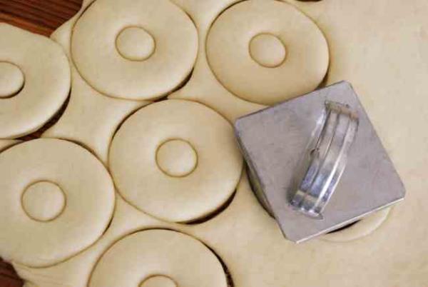Пончики. Рецепт классический пошаговый с фото: на кефире, без дрожжей, с начинкой творогом, повидлом, глазурью