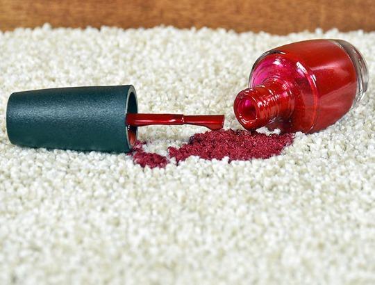 Как отстирать лак для ногтей с одежды, ковра, постельного белья, покрывала, если засох. Способы и методы в домашних условиях