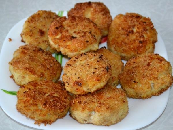 Рыбные котлеты из трески. Вкусные рецепты с манкой, салом, творогом, картофелем, семгой, без хлеба, в мультиварке, духовке, на пару