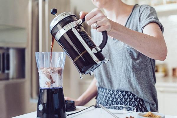 Кокосовое молоко. Состав, польза, возможный вред для организма. Рецепты приготовления: суп, каша, кофе, смузи, выпечка