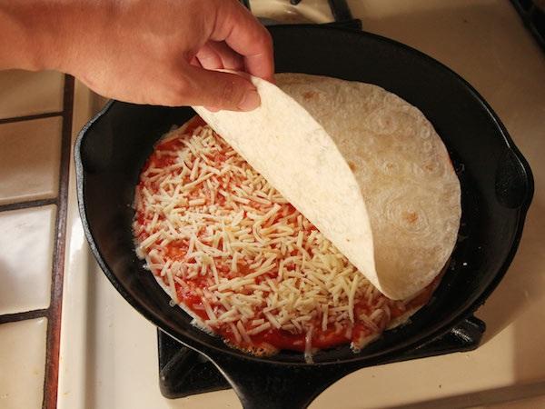 Пицца на сковороде за 10 минут: пошаговый рецепт с фото. Быстрая на скорую руку, ленивая из батона, картофельная, минутка на майонезе